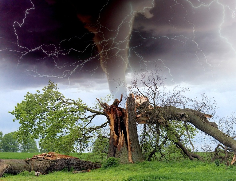 tornado-1193184_1920(1).jpg